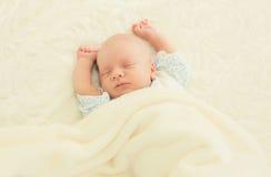 Sött sömnspädbarn som ligger på sängen Royaltyfria Bilder