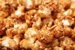 Sött smakligt karamellpopcorn som bakgrund royaltyfria bilder