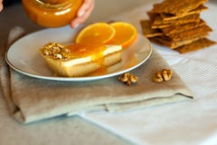 Sött stycke av kakaspridning med smakligt orange driftstopp Arkivbild