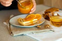 Sött stycke av kakaspridning med smakligt orange driftstopp Fotografering för Bildbyråer