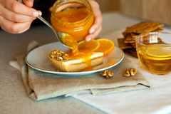 Sött stycke av kakaspridning med smakligt orange driftstopp Arkivfoton