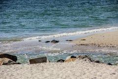 Sötvattenöppning som flödar in i Atlanticet Ocean royaltyfri foto