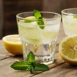 Sötvatten med citronen, mintkaramellen och gurkan royaltyfri foto