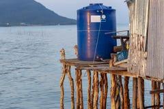 Sötvattenbehållare på en restaurang på högar arkivbilder