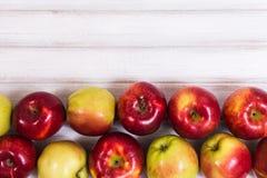 Süße Äpfel auf hölzernem Hintergrund Stockfoto