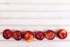 Süße Äpfel auf hölzernem Hintergrund lizenzfreie stockfotografie