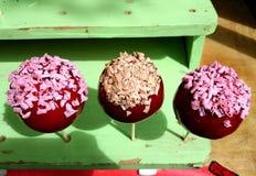 Süße Äpfel mit Süßigkeit und Nüssen Stockbild