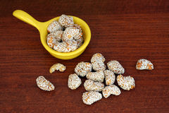 Süße Acajounüsse und indischer Sesam Stockfoto