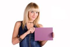 Süße Blondine in einer Denimklage mit einem Blatt Lizenzfreies Stockbild