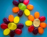 Süße Blumen gemacht von den Süßigkeitslutschern Lizenzfreie Stockfotos