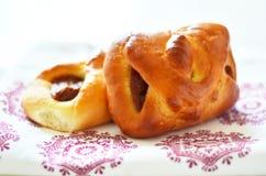 Süße Brötchen mit getrockneten Aprikosen auf der Tischdecke Stockfoto
