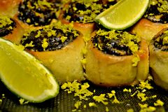 Süße Brötchen mit lyme und Mohnblume stockbild