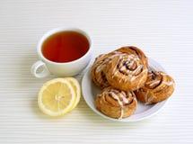 Süße Brötchen mit Zimt auf einer Platte Stockfoto