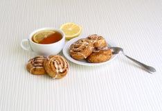 Süße Brötchen mit Zimt auf einer Platte Stockfotografie