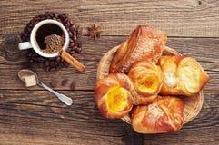 Süße Brötchen und Kaffeetasse Stockfotos