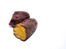 Süße Bratenkartoffel auf weißem Hintergrund Lizenzfreie Stockfotografie