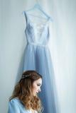 Süße Braut in einem blauen Kleid Stockfotos