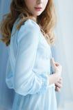 Süße Braut in einem blauen Kleid Stockbilder