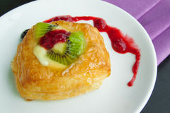 Süße Brote und Erdbeermarmelade auf Tabelle, Lebensmittelhintergründe Lizenzfreie Stockfotografie