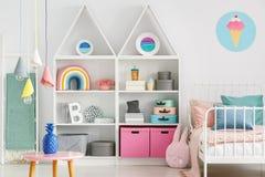 Süße bunte Dekorationen und weiße Möbel in einem Spaß scherzen ` s sind lizenzfreie stockfotografie