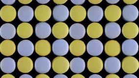 Süße bunte französische Makronenkekse auf dunklem Hintergrund, Draufsicht stockbilder