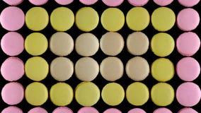 Süße bunte französische Makronenkekse auf dunklem Hintergrund, Draufsicht stockbild