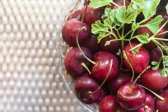 Süße Cherry In Bowl On Steel-Tabelle Stockbilder