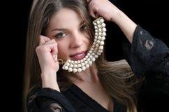 Süße Damenabnutzung eine fantastische Halskette stockbilder