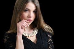 Süße Damenabnutzung eine fantastische Halskette stockbild
