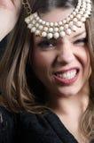 Süße Damenabnutzung eine fantastische Halskette stockfotos