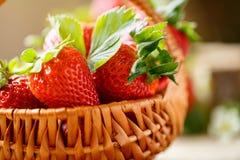 Süße Erdbeeren im Korbhintergrund Lizenzfreies Stockfoto