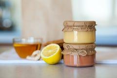 Süße Erdbeermarmelade und Zitronenkurde auf dem Tisch stockfotos