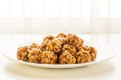 Süße Erdnussbälle in einer Platte Stockbilder