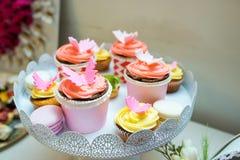 Süße farbige kleine Kuchen lizenzfreie stockbilder
