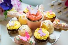 Süße farbige kleine Kuchen stockbild