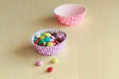 Süße Farbsüßigkeit auf dem hölzernen Lizenzfreie Stockbilder