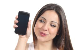 Süße Frau, die einen schwarzen Handyschirm zeigt stockbilder