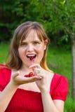 Süße Frau, die Kirschen isst Stockbilder