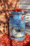 Süße freundliche Haupthauptmilch kann bedeckt mit gefallenen Blättern Stockfotografie