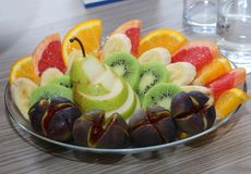 Süße frische Früchte auf Glasplatte Stockfotografie