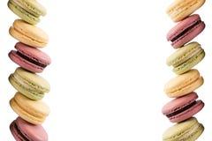 Süße geschmackvolle Makronen lokalisiert auf weißem Hintergrund Lizenzfreies Stockfoto