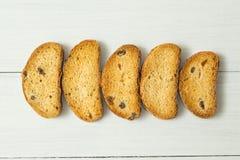 Süße goldene Cracker mit Rosinen auf einer weißen Tabelle, Diätnahrung stockbild