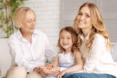 Süße Großfamilie, die sich zusammen amüsiert Stockfotografie