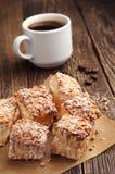 Süße Hauchplätzchen mit Nüssen und Kaffee Lizenzfreie Stockfotografie