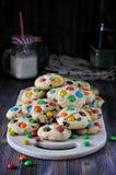 Süße Hauptplätzchen mit glasig-glänzenden Bonbons stockfotos