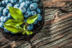 Süße Heidelbeeren auf Weinleseplatte Stockfoto