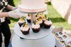 Süße Hochzeitstorte gemacht vom frischen Beerenkleinen kuchen mit bokeh Hintergrund Stockfotos