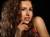 Süße junge Frau auf schwarzem Hintergrund stockbilder
