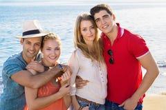 Süße junge Paare am Strand Stockfoto