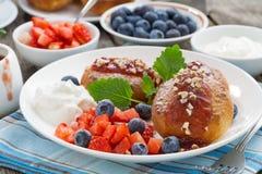 Süße Käsepfannkuchen mit Beeren und Creme auf einer Platte Lizenzfreie Stockfotografie